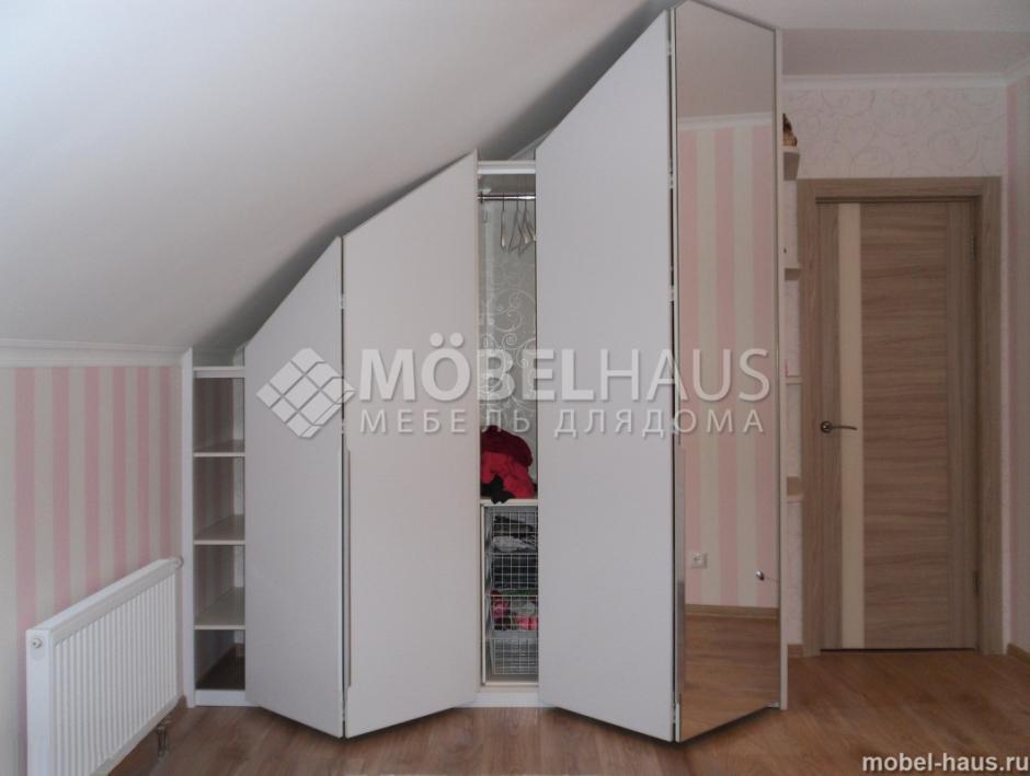 Шкафы распашные в мансарде.
